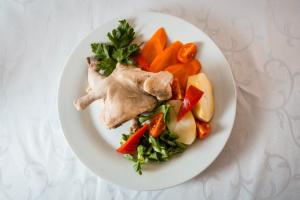 Цыпленок отварной с овощами